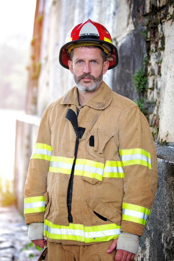 Portrait de pompier beau dans l'uniforme photo stock