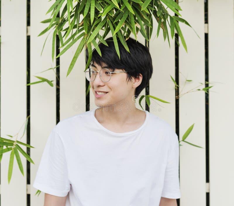 Portrait de port en verre de jeune type asiatique photo stock