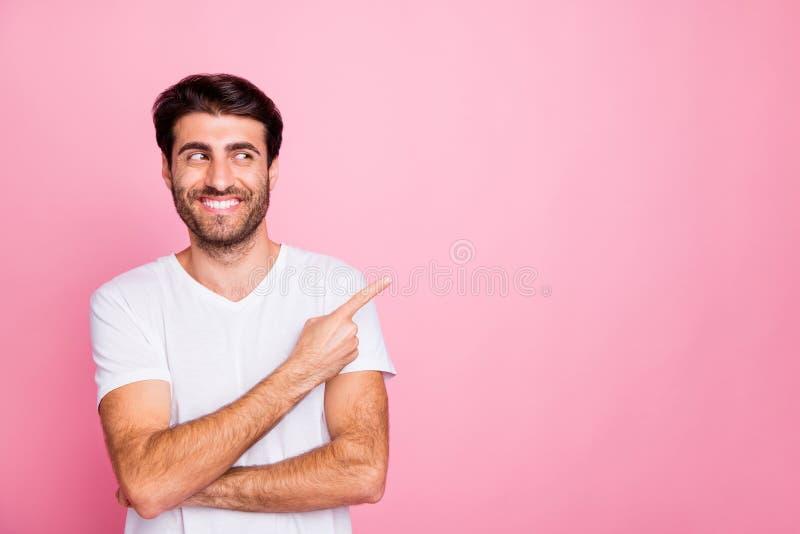 Portrait de positif joyeux humoriste moyen-orient index homme point doigt copyspace regarder les escomptes de ventes recommander images libres de droits