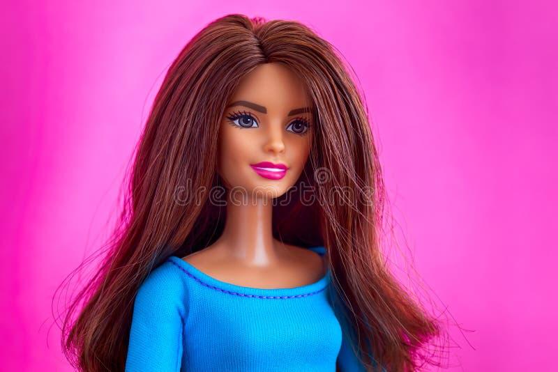 Portrait de poupée de Barbie avec les cheveux bruns sur le fond rose photo stock