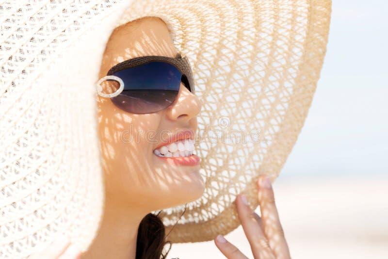 Portrait de prendre un bain de soleil de port de chapeau de femme photo stock