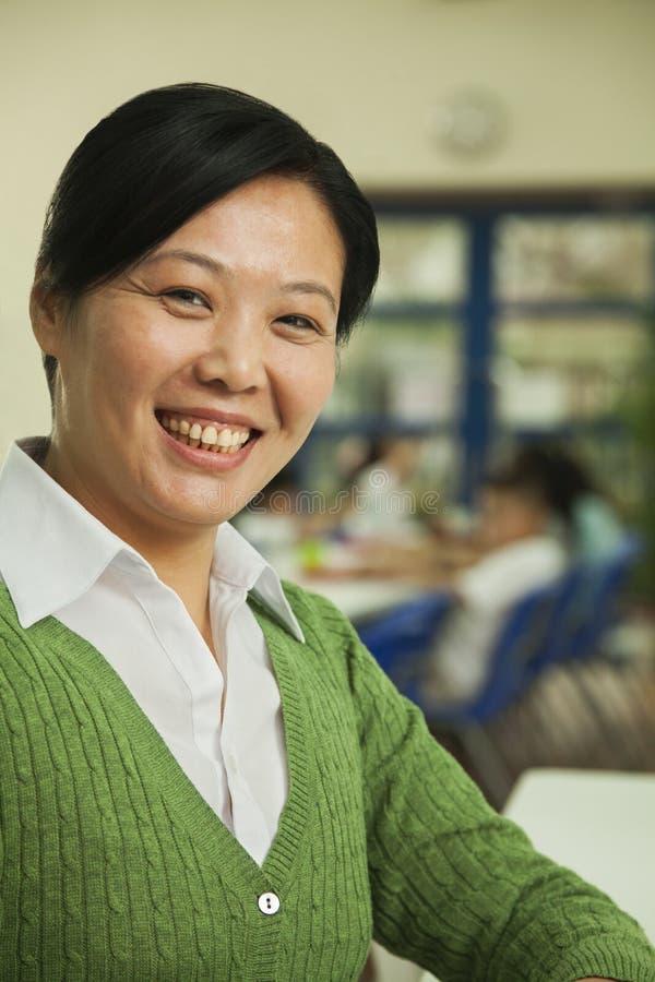 Portrait de professeur au déjeuner dans la cafétéria de l'école photographie stock libre de droits