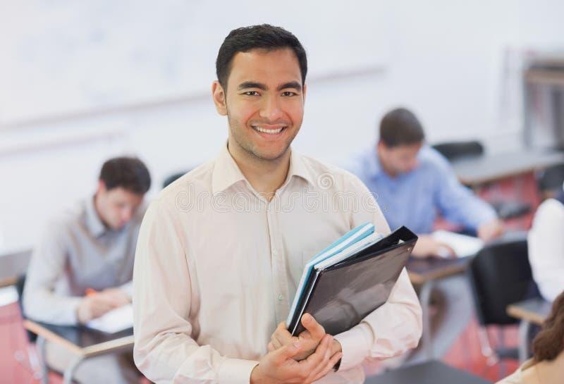 Portrait de professeur beau posant dans sa salle de classe photo libre de droits