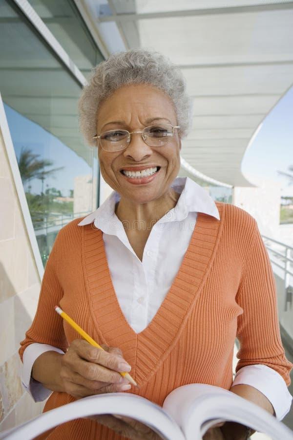Portrait de professeur Holding A Book images stock