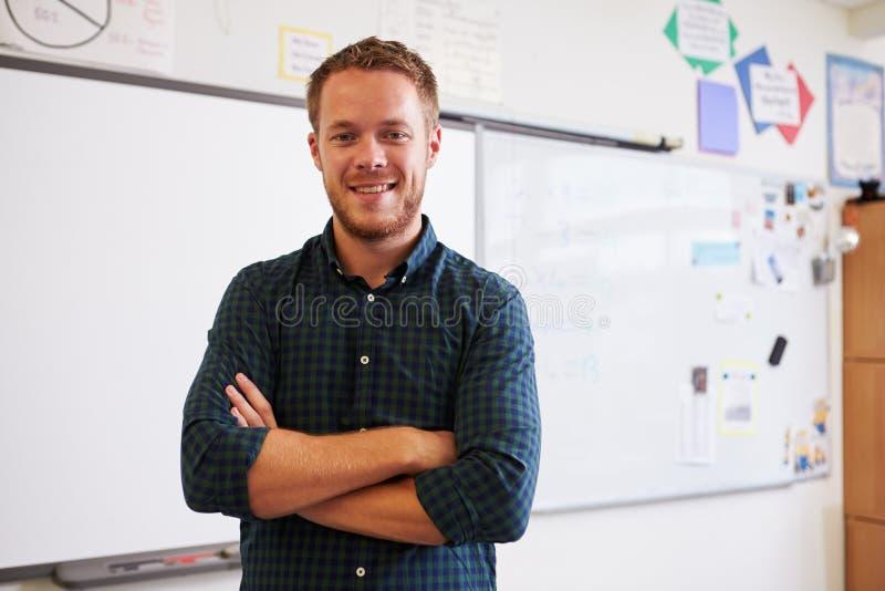 Portrait de professeur masculin caucasien sûr dans la salle de classe photo libre de droits