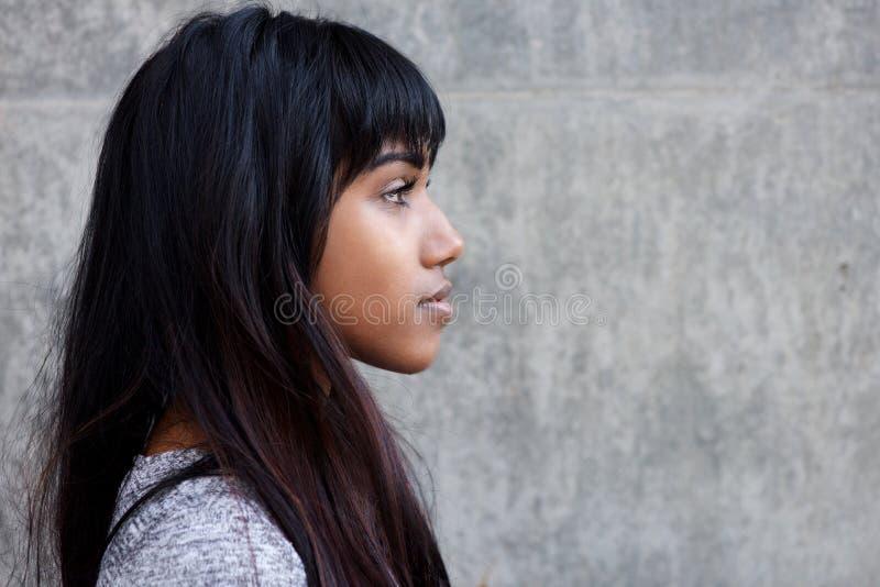 Portrait de profil de belle jeune femme indienne image stock