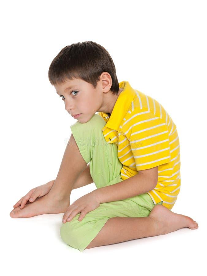 Portrait de profil d'un petit garçon triste image stock