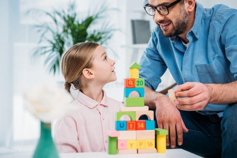 portrait de pyramide de fondation d'une famille des blocs colorés photographie stock