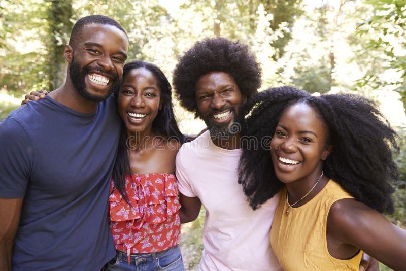 Portrait de quatre amis adultes noirs sur une promenade dans la forêt photos libres de droits