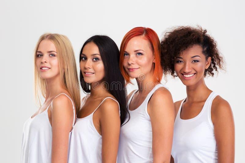 Portrait de quatre femmes ethniques multi de sourire photographie stock