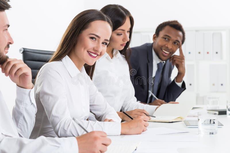 Portrait de quatre gens d'affaires de sourire photographie stock libre de droits