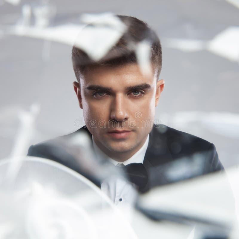 Portrait de réflexion de miroir d'un jeune homme élégant photo stock