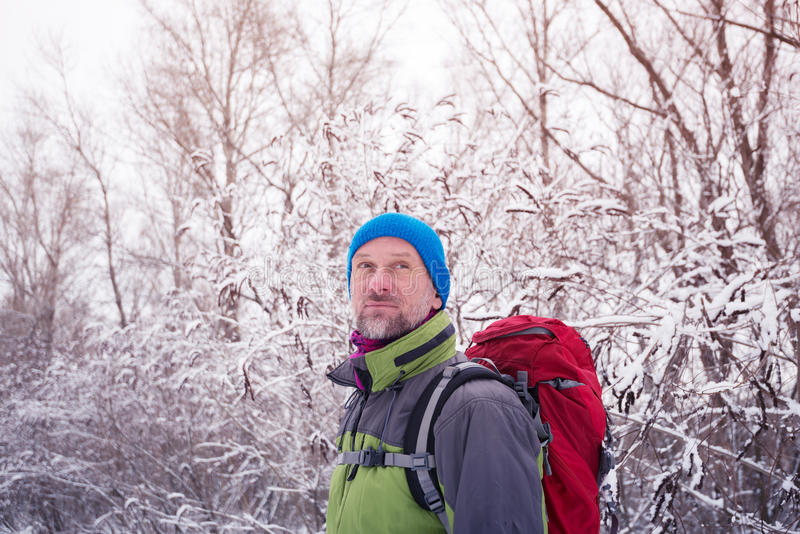 Portrait de randonneur barbu de sourire d'homme, qui détendant photographie stock libre de droits