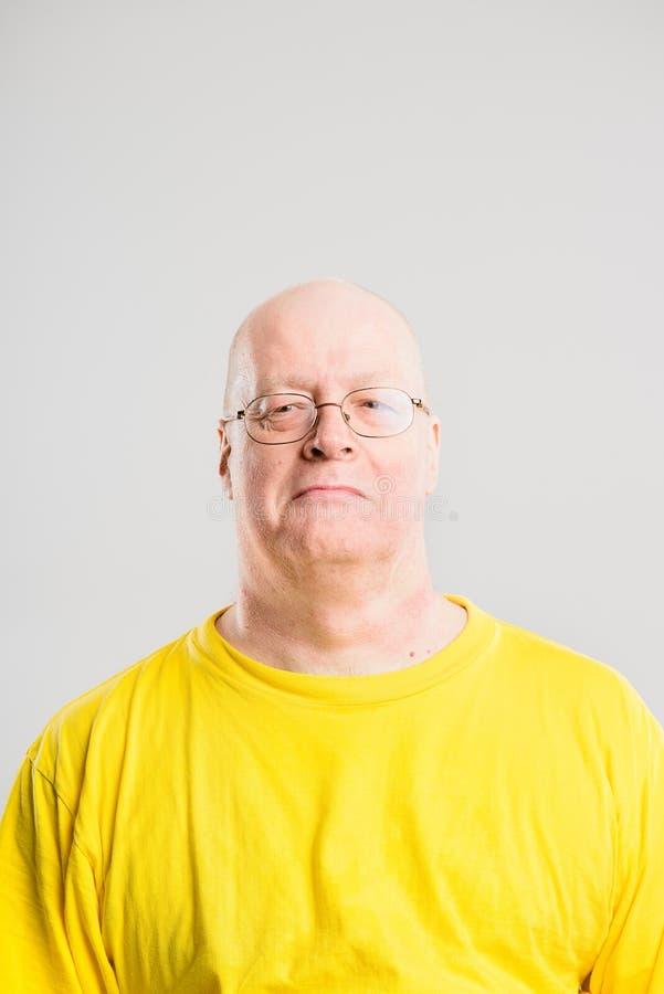 Fond élevé de gris de définition d'homme personnes heureuses de portrait de vraies images stock