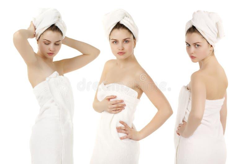 Portrait de remorquage blanc de port de femme fraîche et belle de brune photos libres de droits