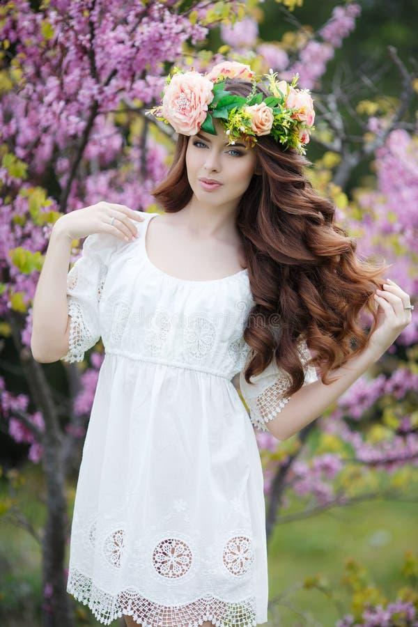Portrait de ressort d'une belle femme dans une guirlande des fleurs images stock