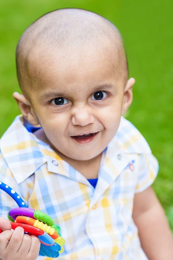 Portrait de rire de sourire de bébé garçon indien image stock