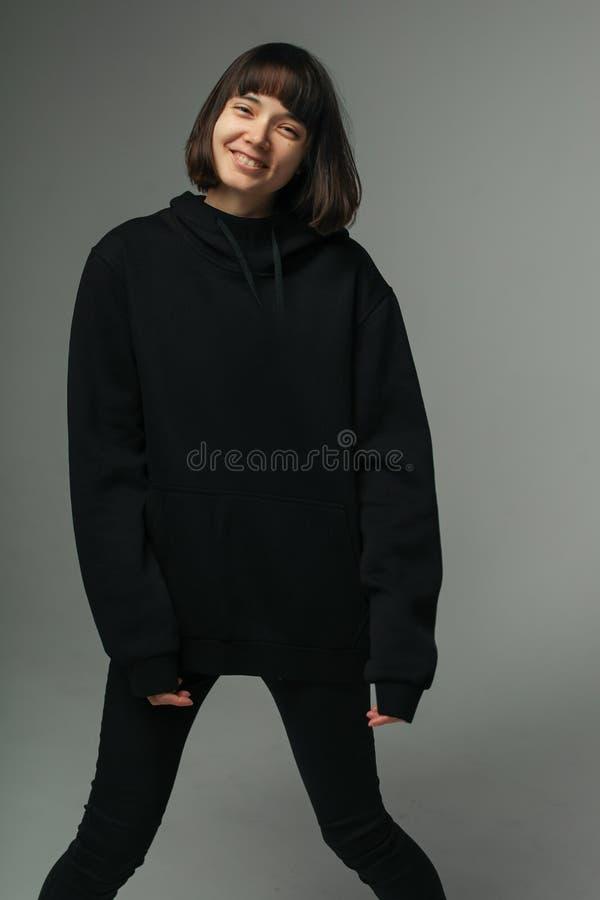 Portrait de rire la femme joyeuse dans le noir photographie stock