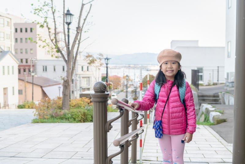 Portrait de rose mignon d'usage de fille en bas de veste à Hakodate images libres de droits