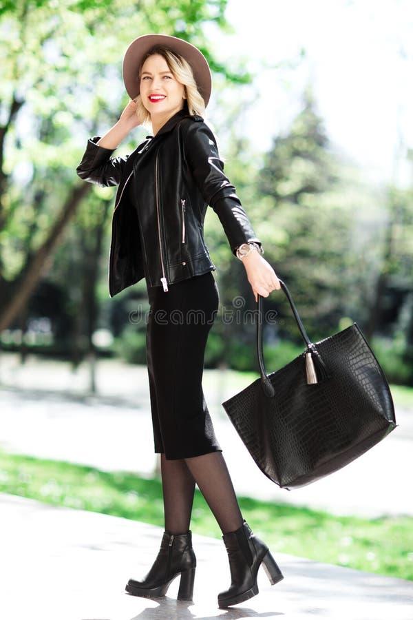 Portrait de rue dame élégante sensuelle de charme de la jeune utilisant l'équipement à la mode de chute Femme blonde en chapeau n photographie stock