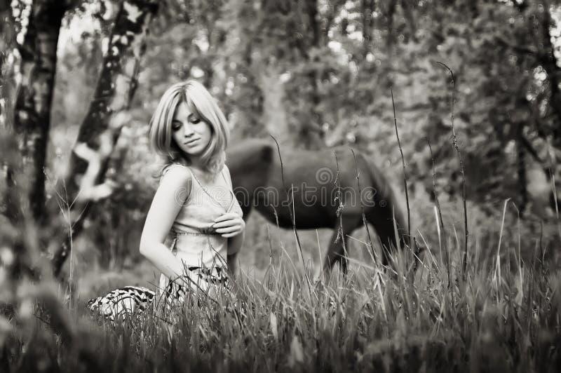 Portrait de sépia d'une femme blonde dans la forêt photos stock