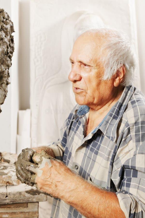 Portrait de sculpteur plus âgé photo stock