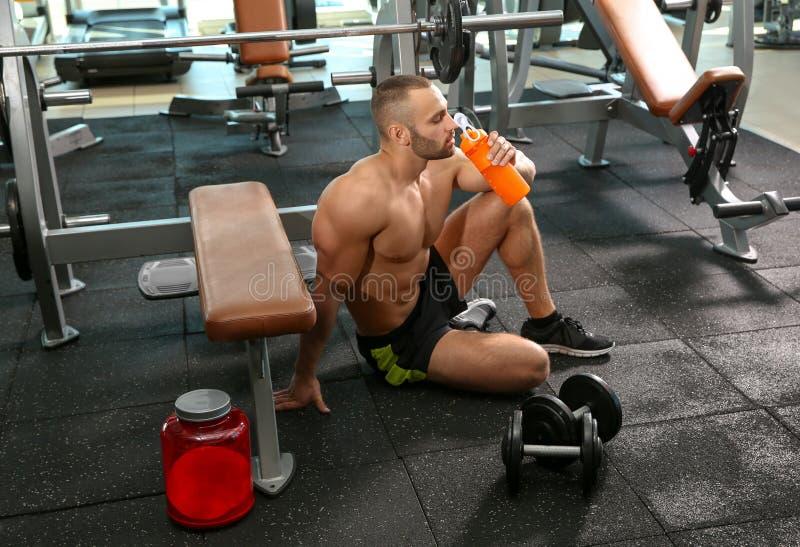Portrait de secousse potable de protéine d'homme sportif photos libres de droits