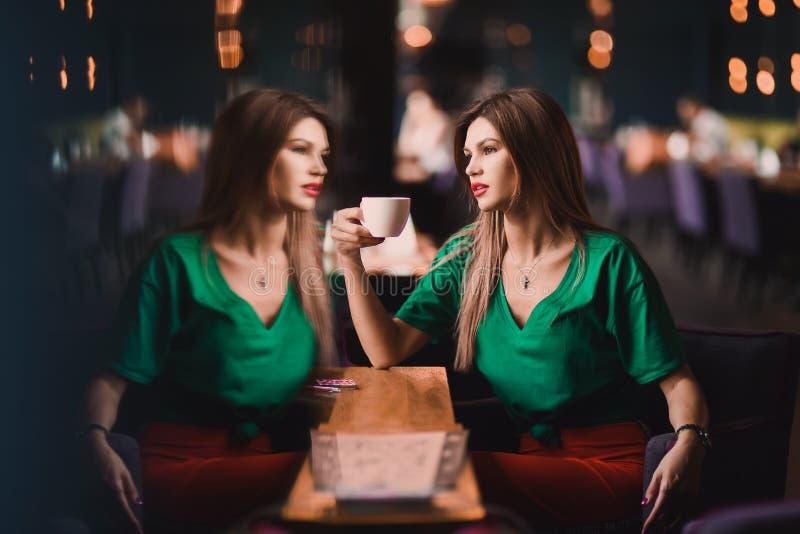 Portrait de sexy élégant de mode de la femme blonde de jeune hippie, de la dame élégante, du dessus vert et de la jupe rouge, fil photos stock