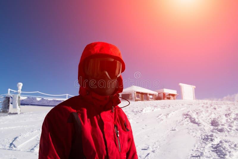 Portrait de skieur de l'homme sur la montagne neigeuse image stock