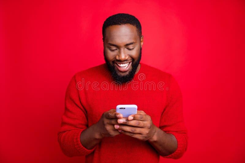 Portrait de son joli joyeux joyeux joyeux et heureux barbu en train de bavarder sur une connexion sans fil 5g d'application en jo image libre de droits