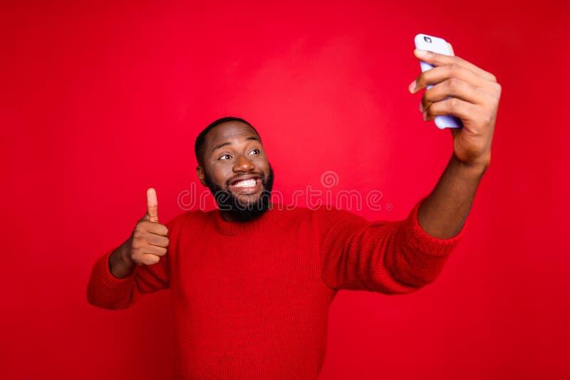 Portrait de son joli joyeux gai joyeux joyeux content barbe prenant le selfie montrant pouce de loisir image libre de droits