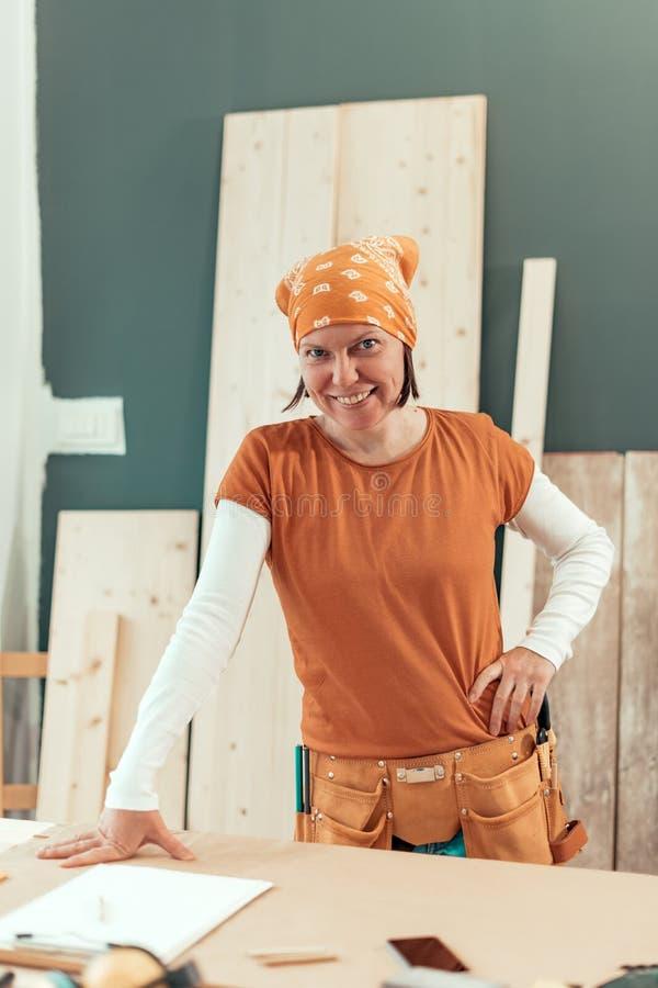 Portrait de sourire de charpentier féminin indépendant images stock