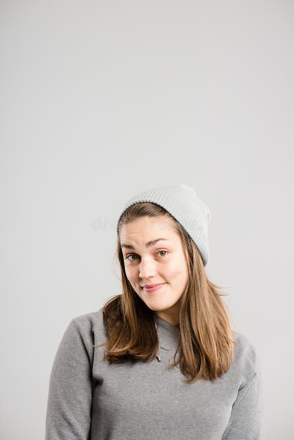Fond élevé de gris de définition de femme personnes drôles de portrait de vraies photographie stock libre de droits
