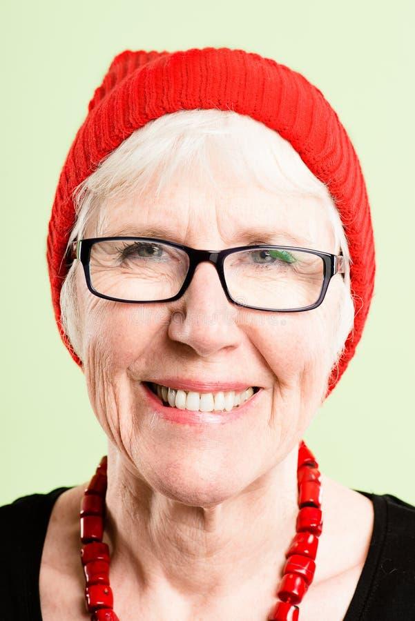 Backgroun élevé de vert de définition de femme personnes heureuses de portrait de vraies images libres de droits