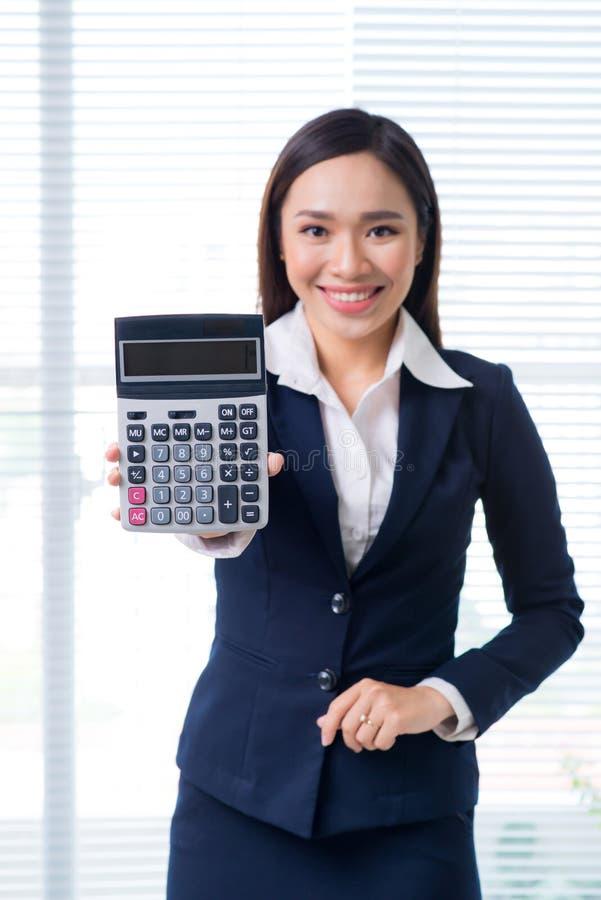 Portrait de sourire de femme d'affaires dans le bureau tenant et tenant le Ca photo libre de droits