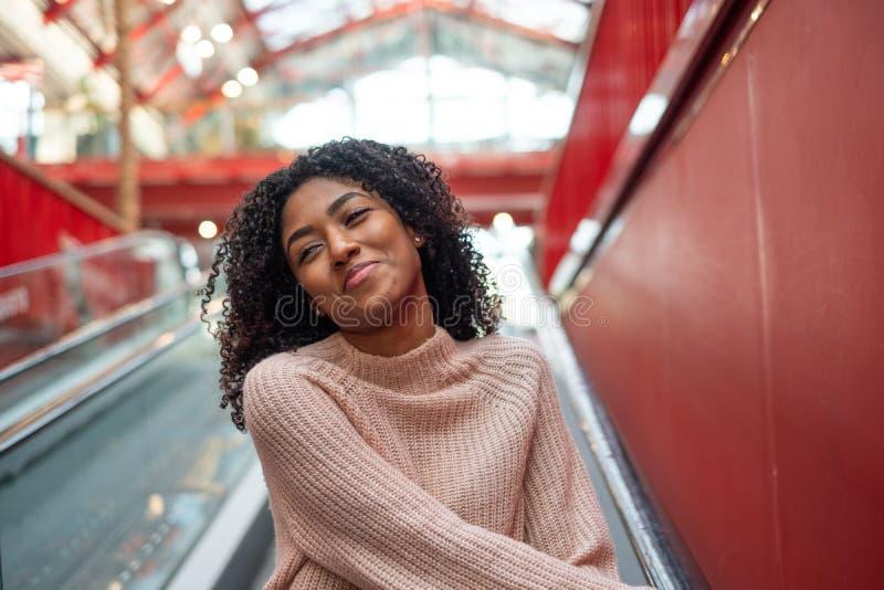 Portrait de sourire de jeune fille noire heureuse extérieur image stock