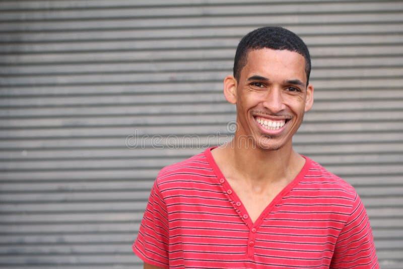 Portrait de sourire masculin de métis heureux photographie stock libre de droits