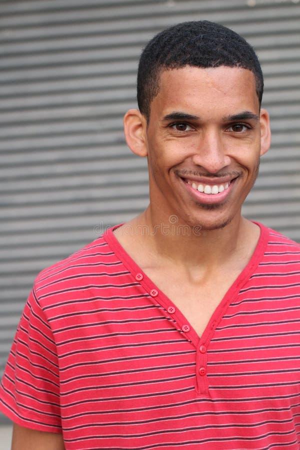 Portrait de sourire masculin de métis heureux photo stock