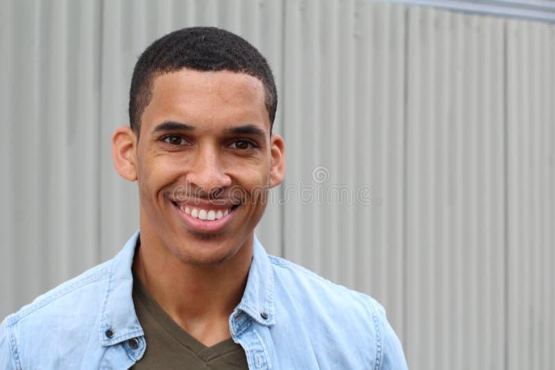 Portrait de sourire masculin de métis heureux avec l'espace de copie photo libre de droits