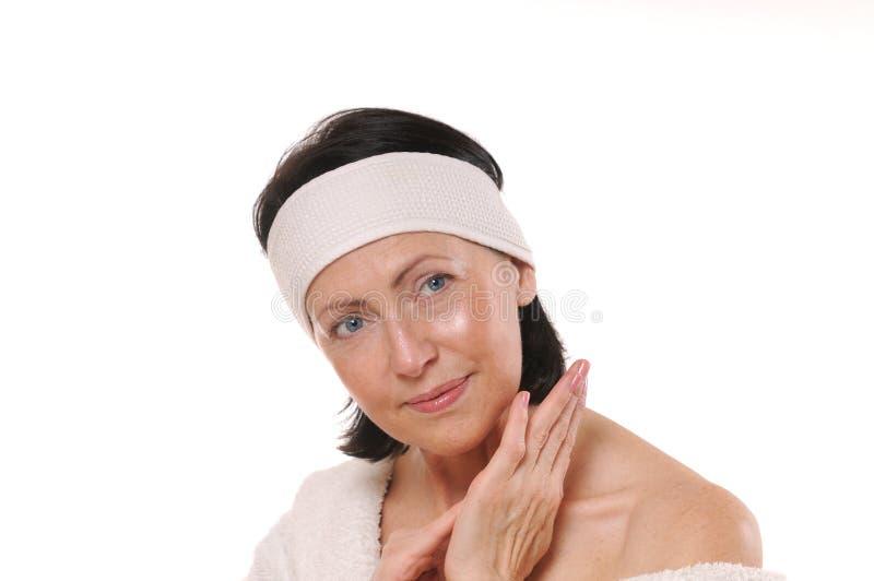 Portrait de station thermale de femme mûre de sourire attirante photo stock
