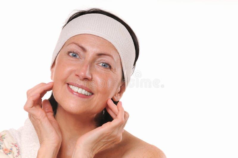 Portrait de station thermale de femme mûre de sourire attirante image libre de droits