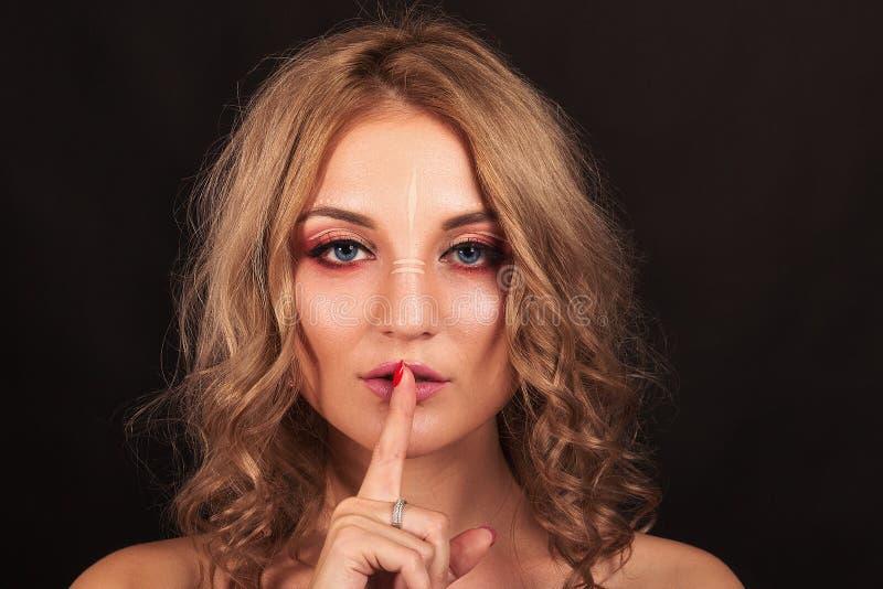 Portrait de studio Belle fille avec le maquillage de soirée sur un fond noir image libre de droits
