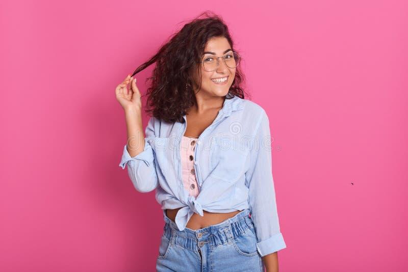 Portrait de studio de belle jeune femme avec les cheveux onduleux de longue brune Fille modèle attirante avec les supports propre photos libres de droits