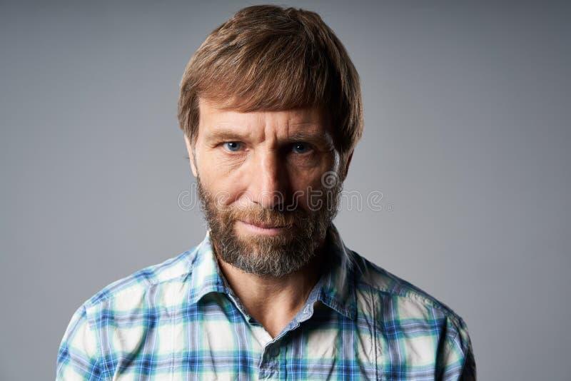 Portrait de studio d'homme mûr sérieux dans la chemise à carreaux photos stock