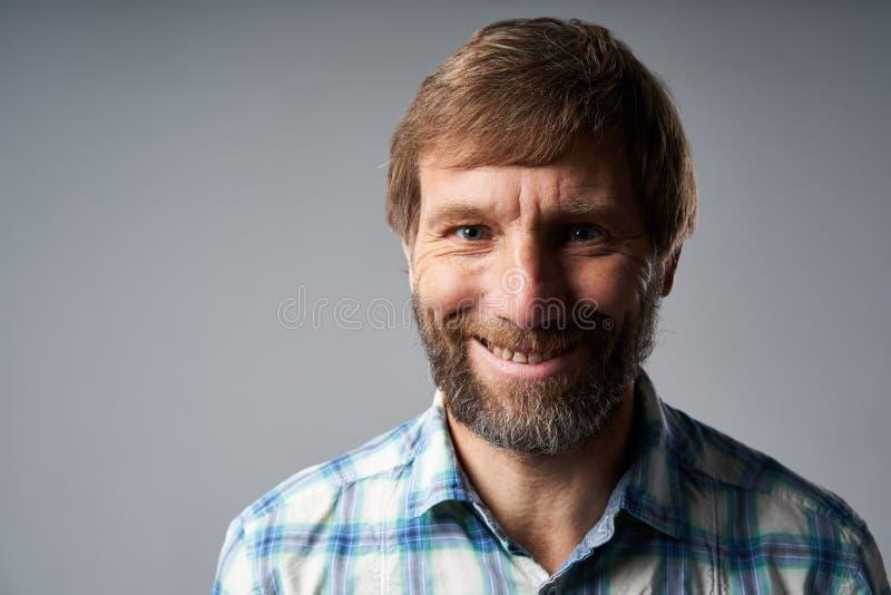 Portrait de studio d'homme mûr de sourire dans la chemise à carreaux images stock