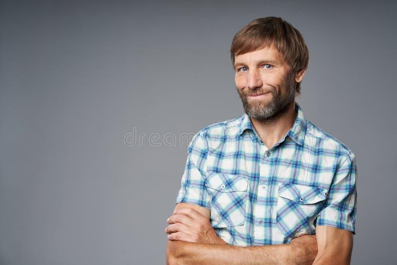 Portrait de studio d'homme mûr de sourire dans la chemise à carreaux photos libres de droits