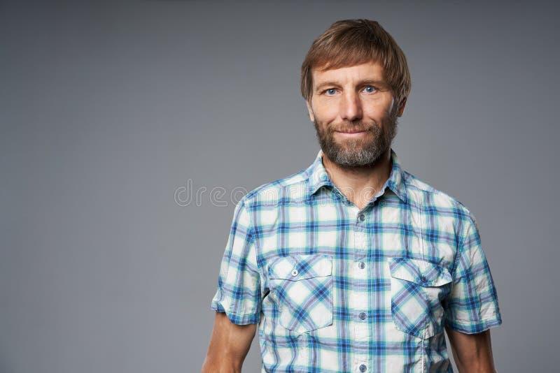 Portrait de studio d'homme mûr de sourire dans la chemise à carreaux images libres de droits
