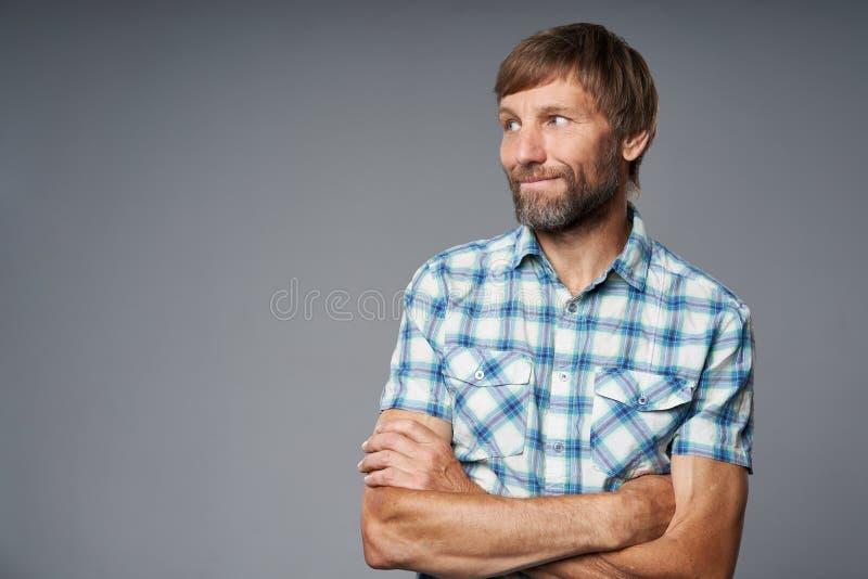 Portrait de studio d'homme mûr de sourire dans la chemise à carreaux photographie stock libre de droits