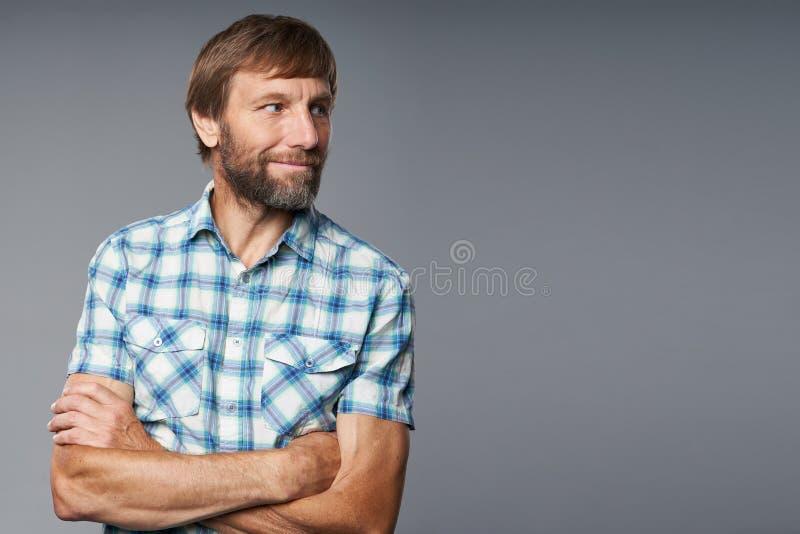 Portrait de studio d'homme mûr de sourire dans la chemise à carreaux photo libre de droits