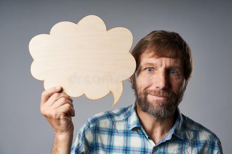 Portrait de studio d'homme mûr tenant la bulle de la parole image stock